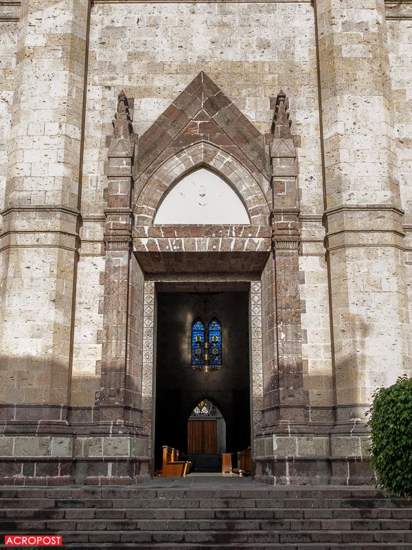 The eastern door of the church | La puerta del oriente de la iglesia.