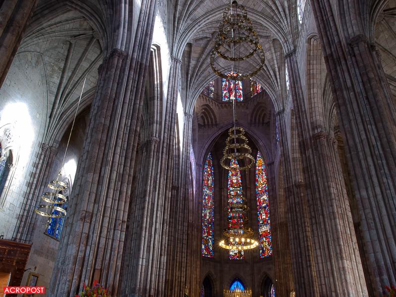 Templo Expiatorio - Chandeliers and clustered columns inside the church | Candelabros y columnas agrupadas dentro de la iglesia