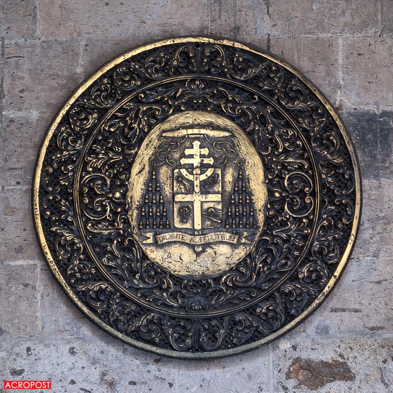 templo-expiatorio-expiatory-church-guadalajara-mexico-neo-gothic-architecture-28 The coat of arms of Cardenal José Garibi Rivera. | El escudo del Cardenal José Garibi Rivera.