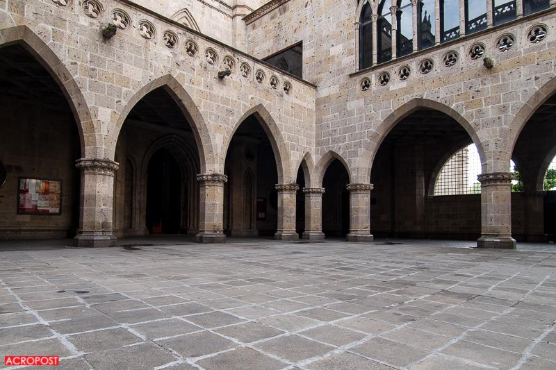 Templo Expiatorio Pointed arches in the patio | Arcos apuntados en el patio